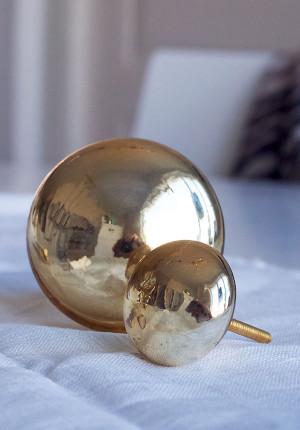 Guldfärgad glasknopp, Madam Stoltz