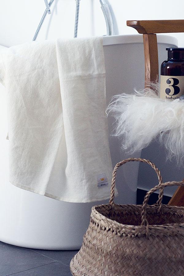 Flätad korg och handduk i tvättat linne