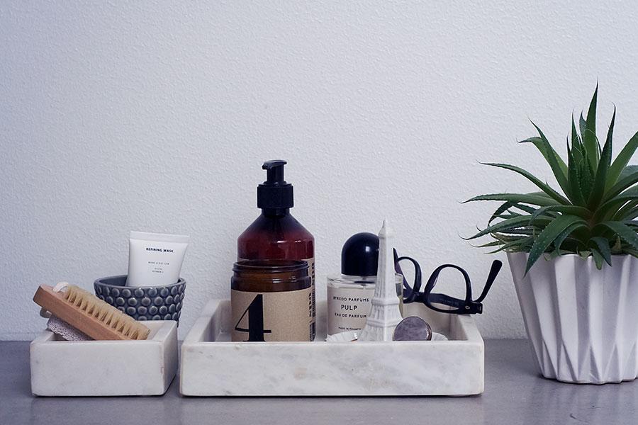 Piffa badrummet med marmorbricka och fina flaskor