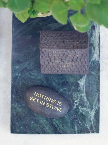 Dekorationssten / Pappersvikt - Nothing is set in stone