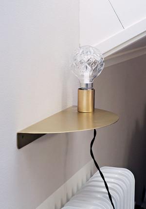 Vägglampa med hyllplan. borstad guldfinish