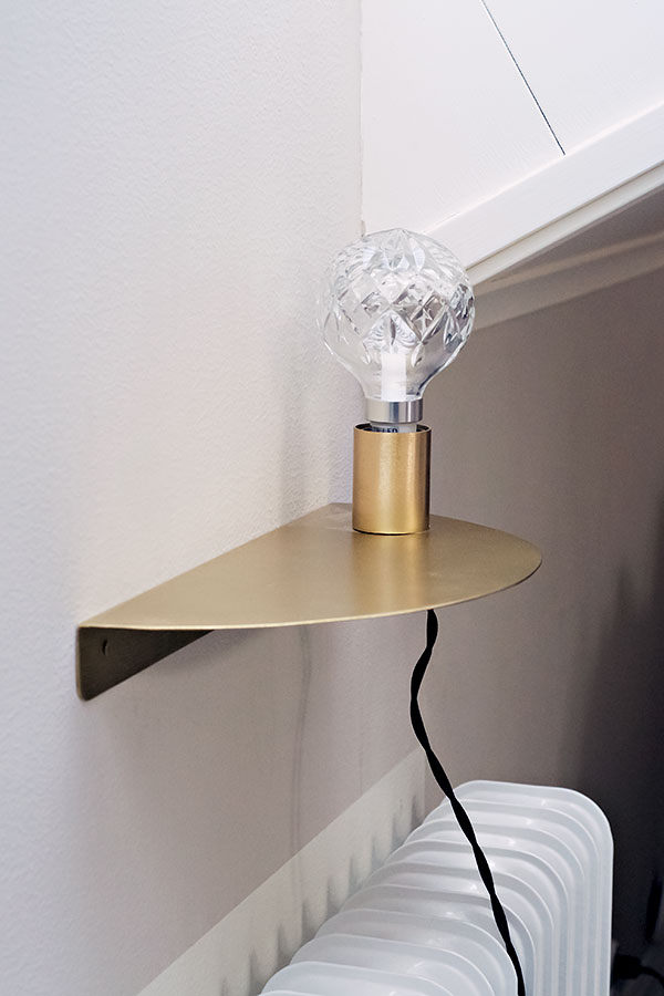 Vägglampa med hyllplan u2013 borstad guldfinish CasaMina Living Livsstil Livstilsshop med